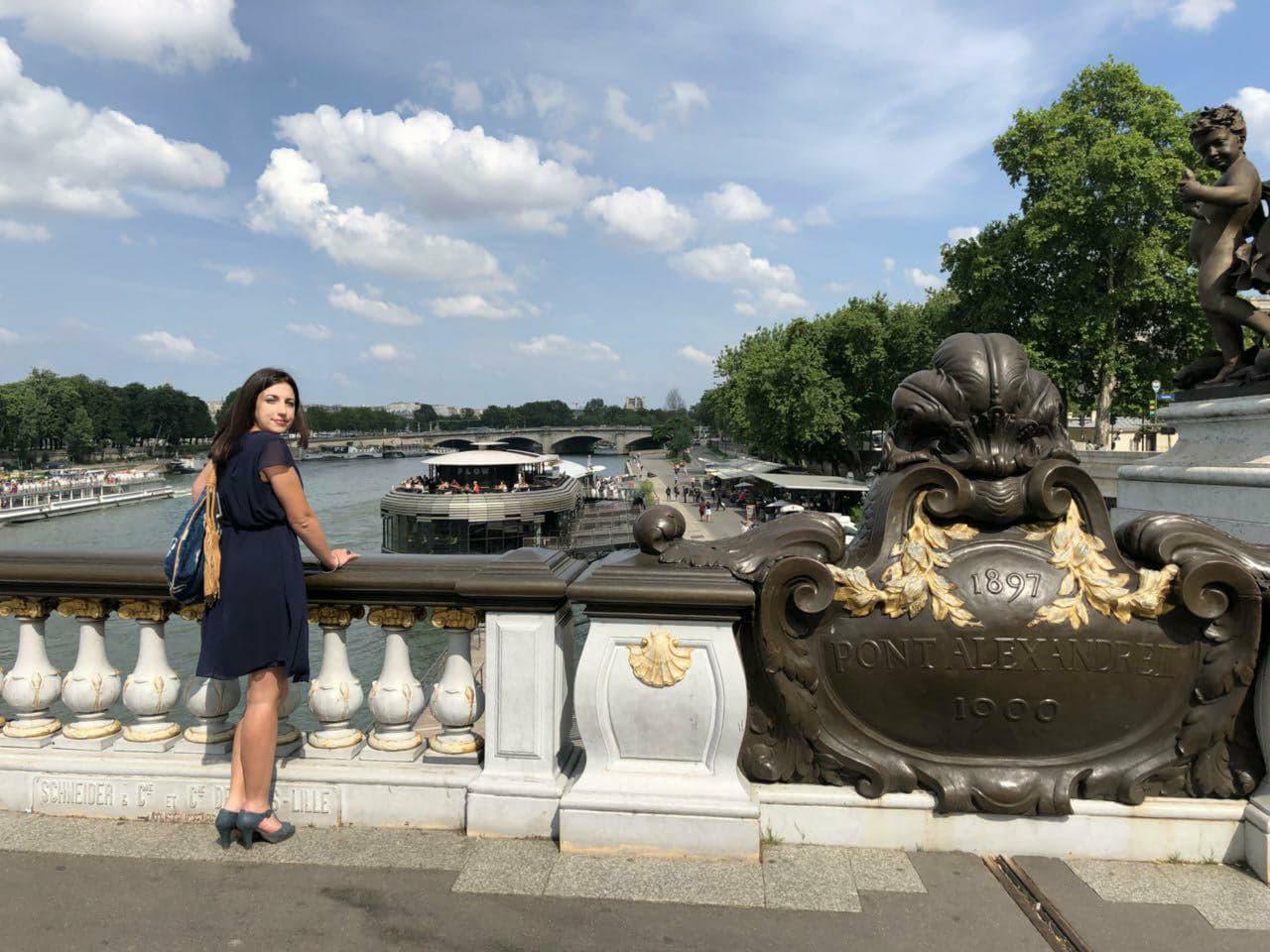 Photo dos retournée Assemblée Pont Alexandre III