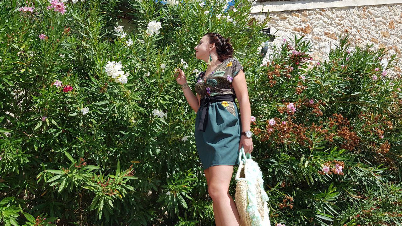 Photo plain pied, robe, accessoires devant des fleurs de lauriers
