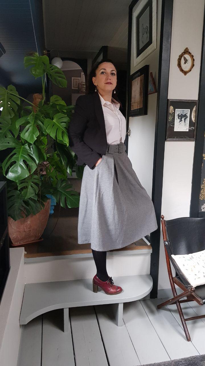9cfb6454739 La veste noire peut vraiment être austère et il convient de casser ce  ressenti avec un bas moins strict comme une jupe midi grise par exemple et  un haut ...